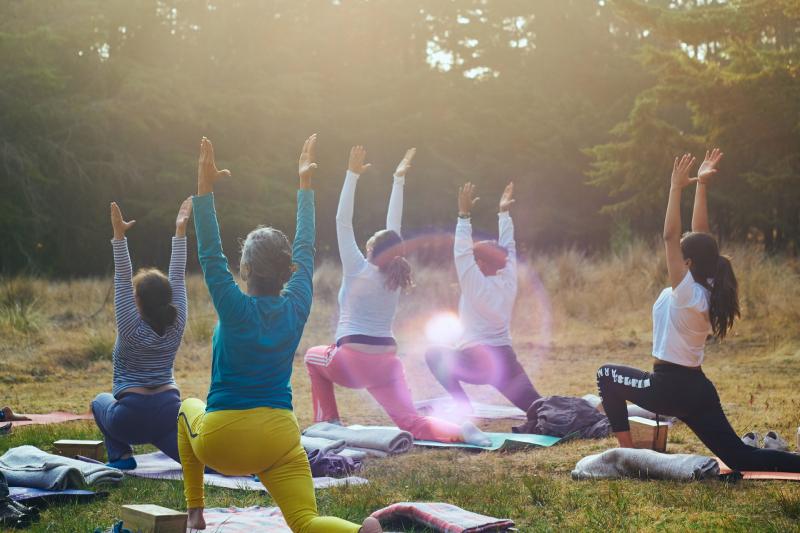 Cours de yoga en plein air, tous niveaux, au Camping la Mare aux Fées à Roquefeuil